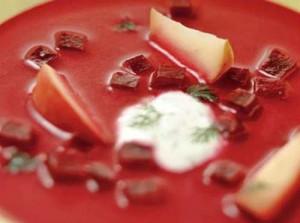 Холодный свекольный суп с яблоками