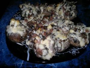 Шампиньоны под сыром, фаршированные колбасой и яйцами