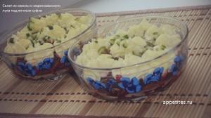 Салат из свеклы и маринованного лука под яичным суфле